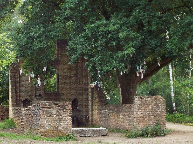 De 15de-eeuwse ruïne van de Sint Walrickkapel