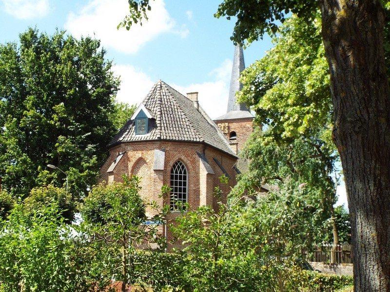 De protestantse kerk in het groen