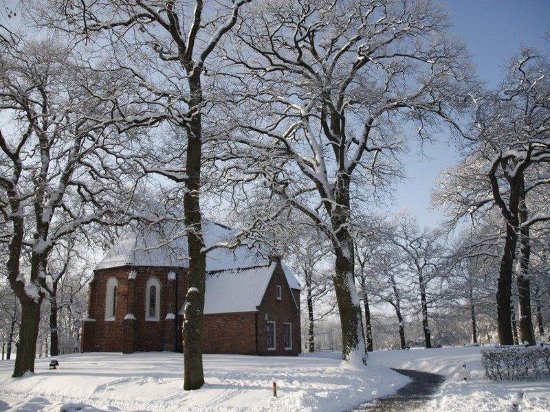 De middeleeuwse kerk in de sneeuw