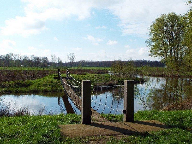 Hangbrugje over de Esschestroom