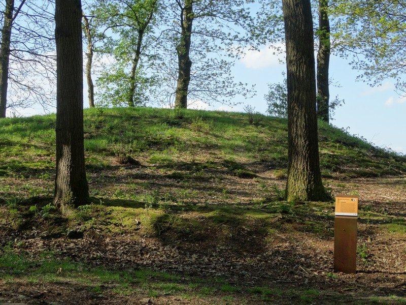Een grafheuvel met informatiebord