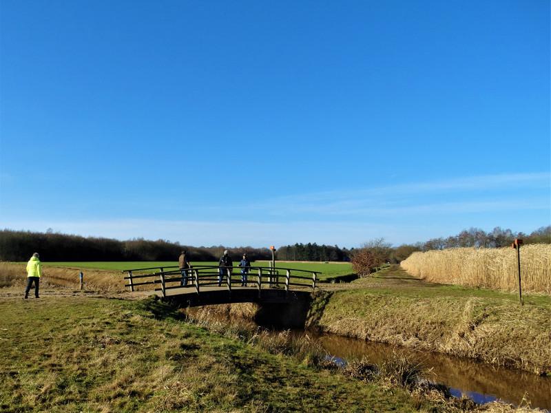 Wandelen over de brug over de Ruiten Aa