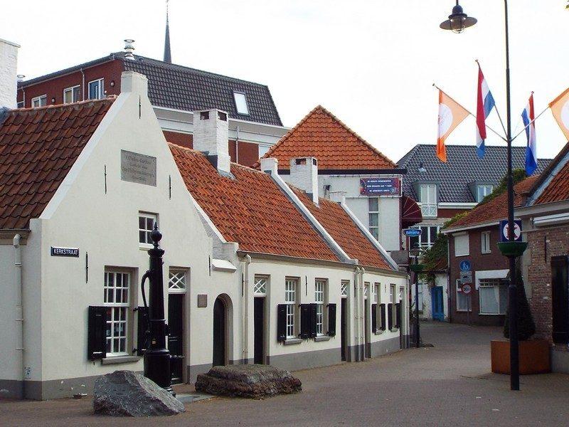 Karakteristieke witte huisjes, voormalig gasthuis Sint-Paulusgasthuis