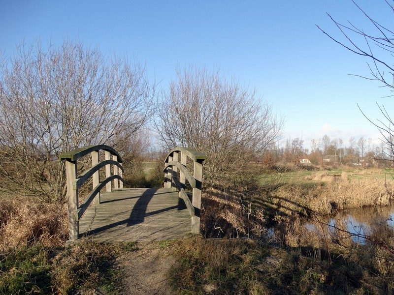 Een brug over de Ruiten Aa met zicht op Vlagtwedde.