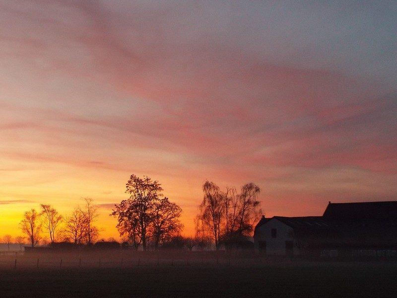 Zonsopkomst met op achtergrond boerderij het Groot Karelke