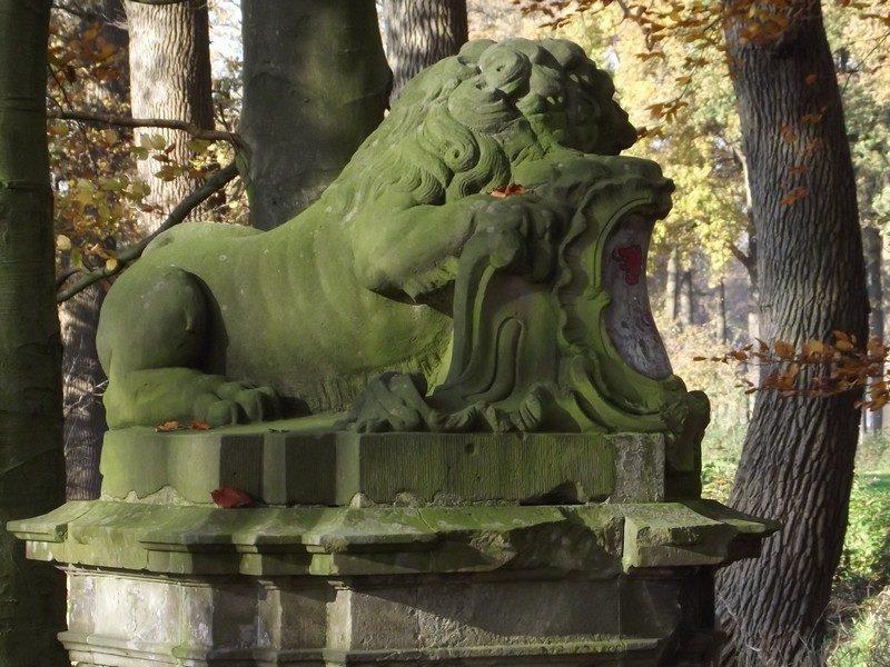 Stenen leeuw bij toegangspoort aan Gouverneursweg