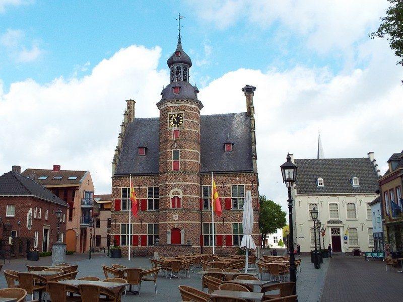 Het Stadhuis van Gennep met plein als terras