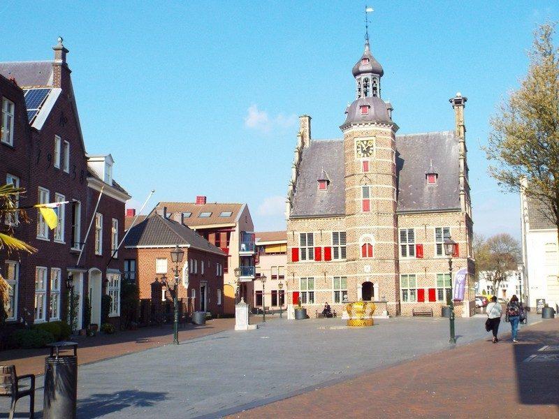 Het Stadhuis van Gennep met nog leeg plein