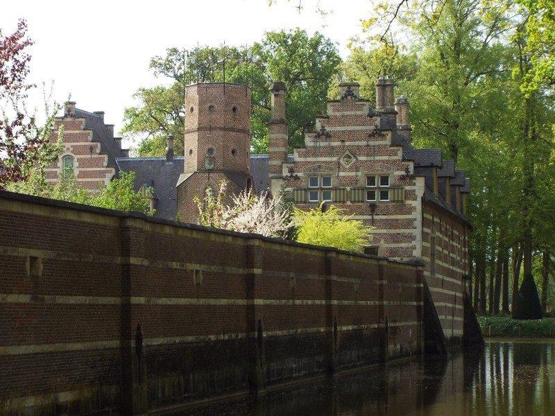 Op achtergrond poortgebouw kasteel Heeswijk