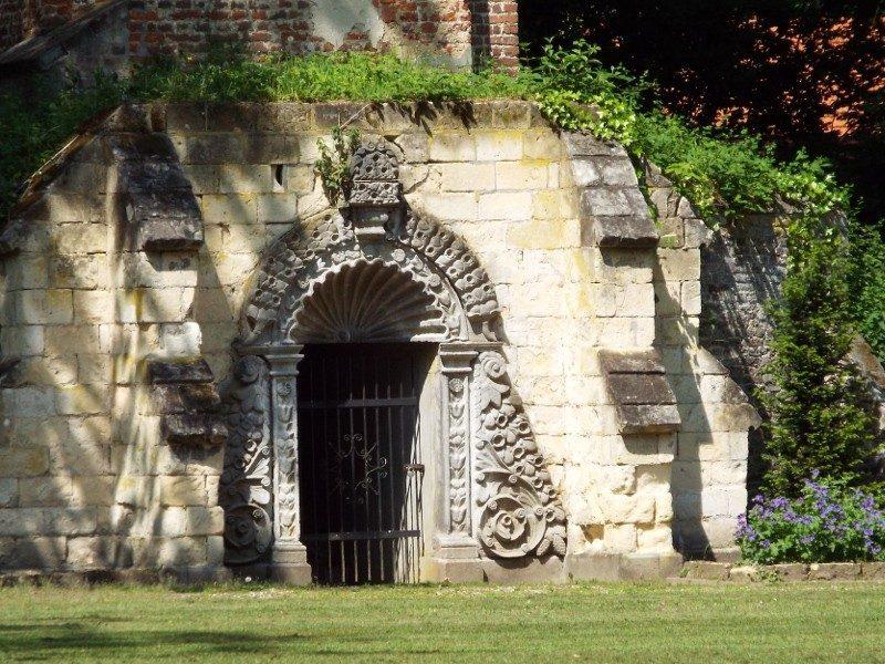Ingang van oude achthoekige kapeltoren