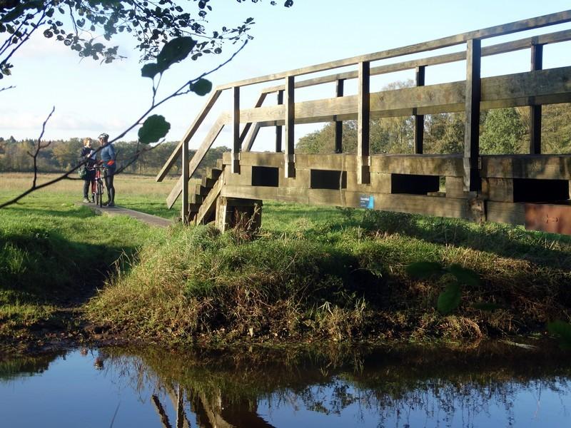 Een brug over de Drentse Aa.