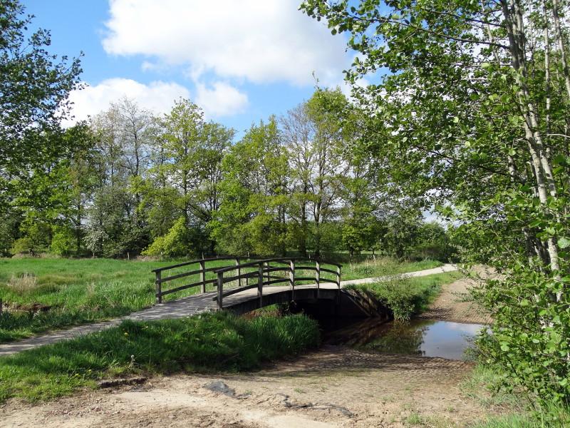 Een doorwaadbare plaats met brug