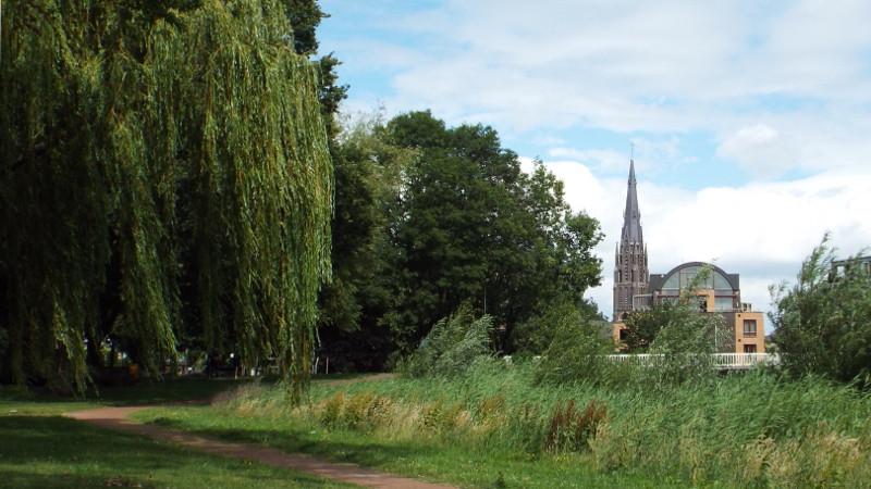 Het Julianapark met in de verte de kerktoren
