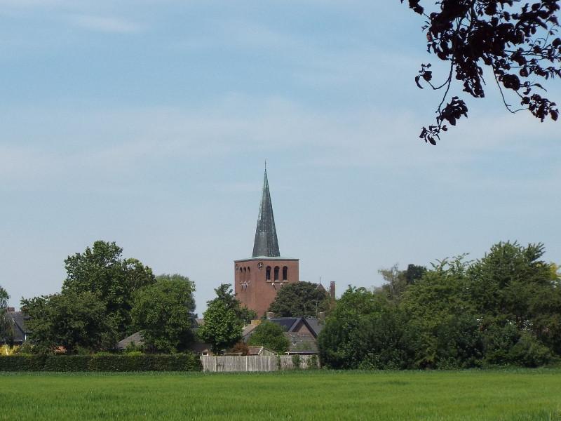 In de verte de kerktoren van Baexem