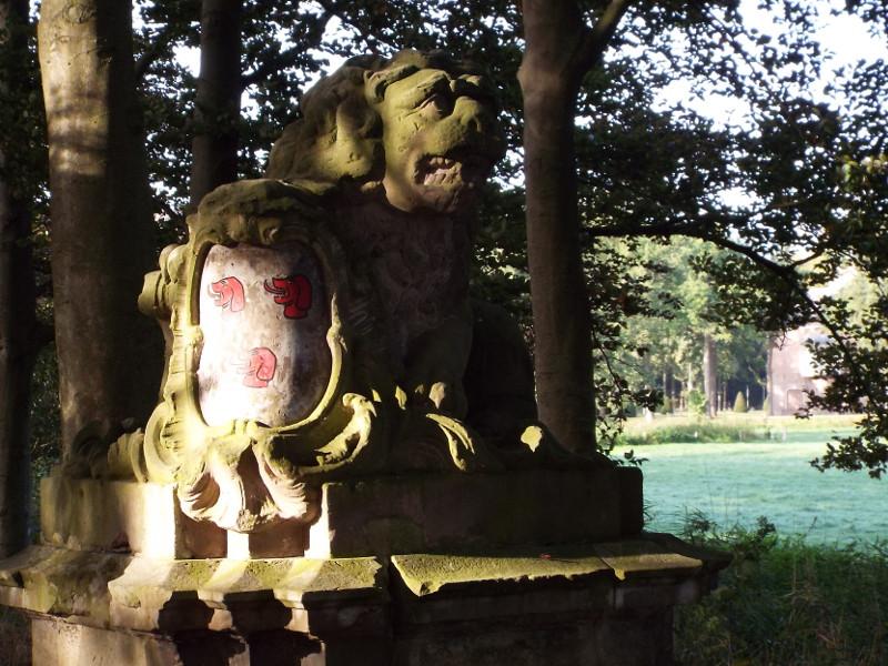 Leeuw met wapenschild bij de ingang