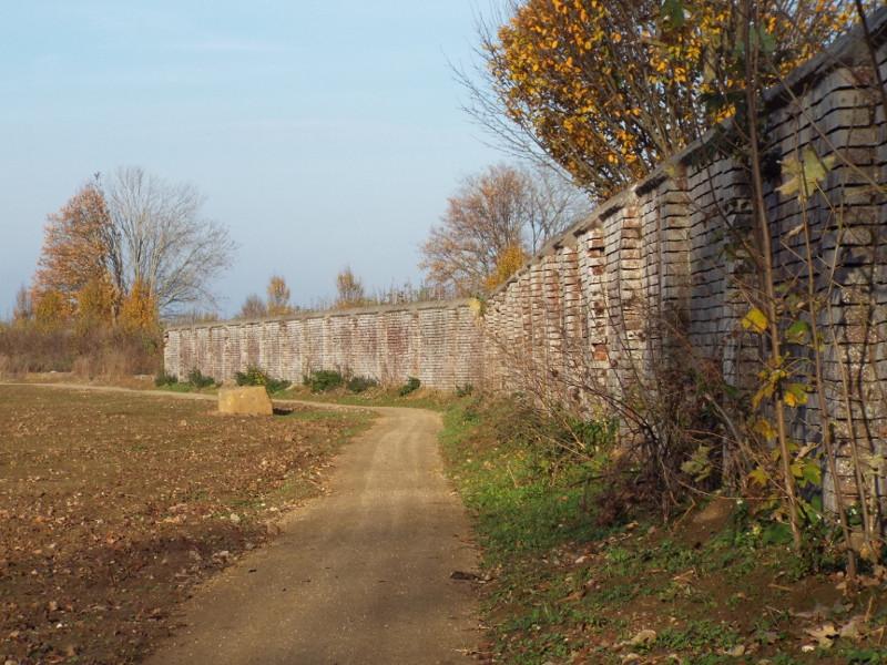 Nieuw pad langs een oude muur