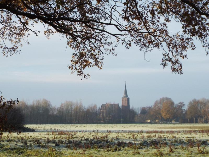 In de verte de kerk van Meerlo