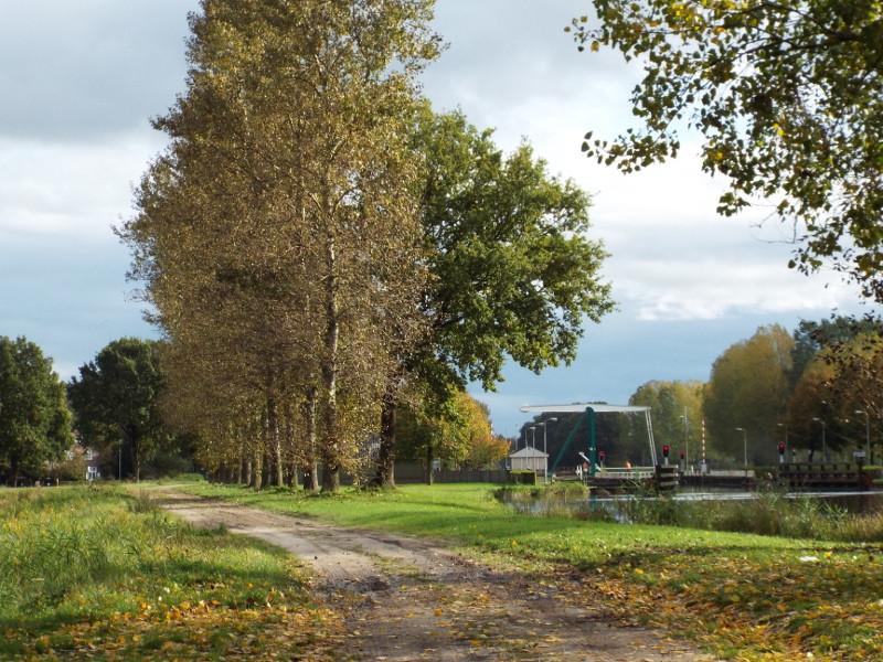 Wilhelminakanaal met in de verte een brug