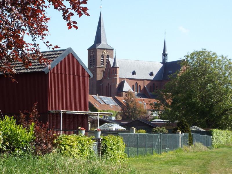 De kerk gezien vanuit het beekdal