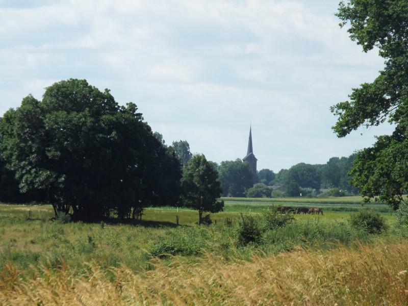 In de verte de kerk van Grubbenvorst