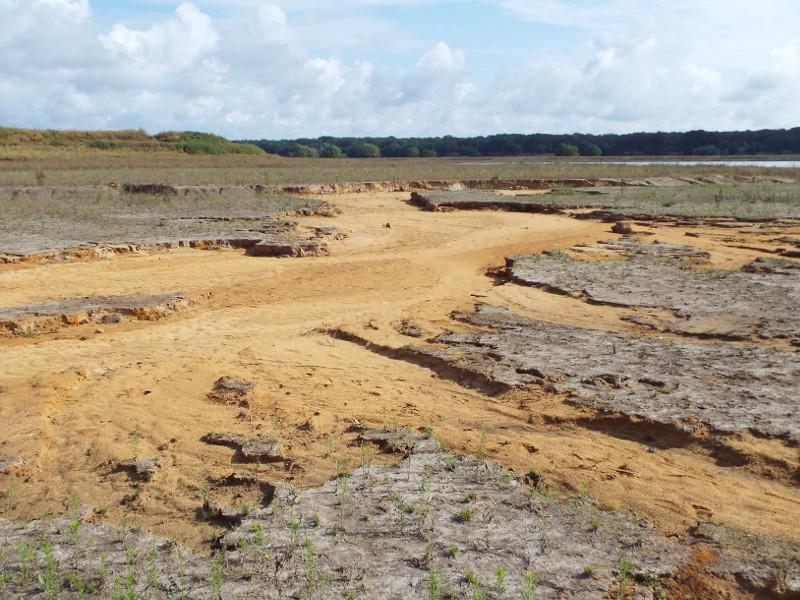 Uitgespoeld zand na het hoogwater in zomer 2021