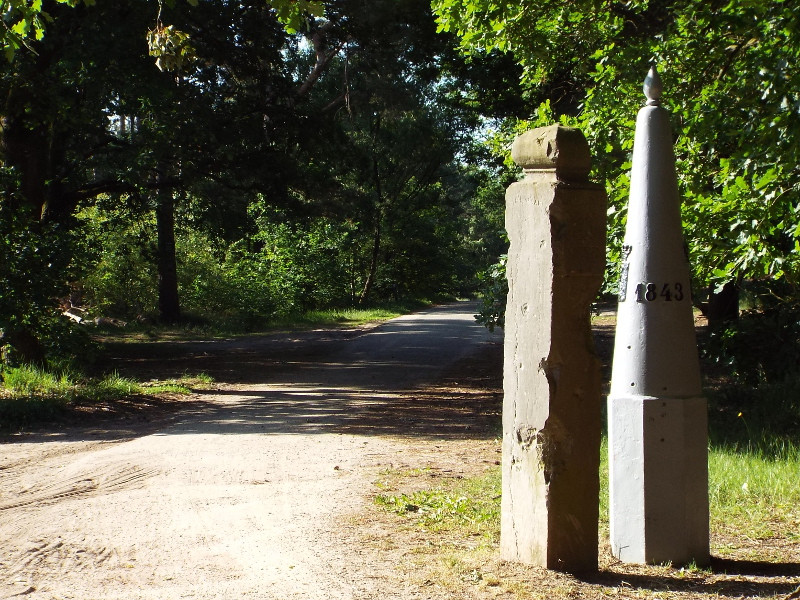 Naast de grenspaal staat een oude grenspaal uit 1765